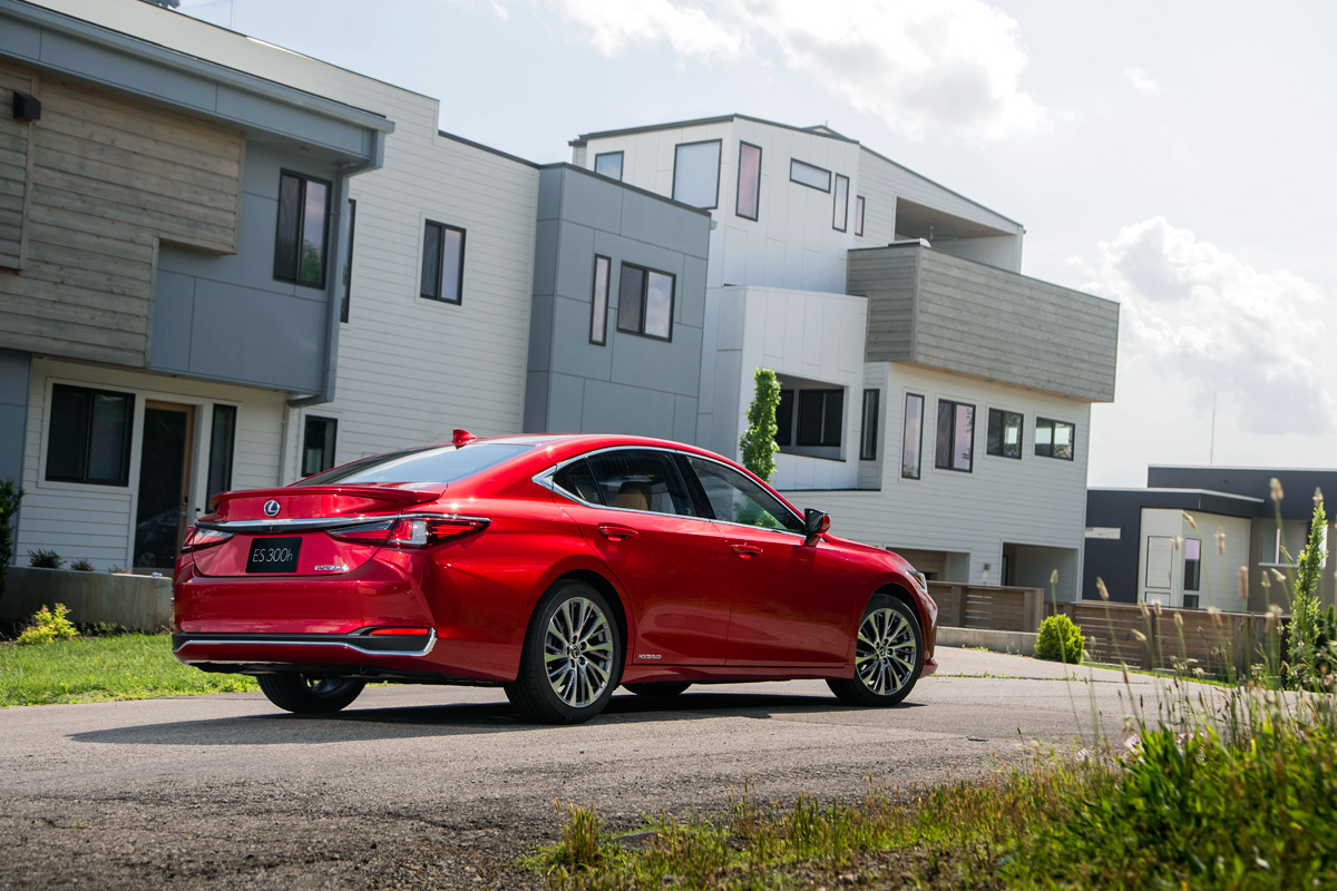 2019 Lexus ES 300 Hybrid in Mica Red
