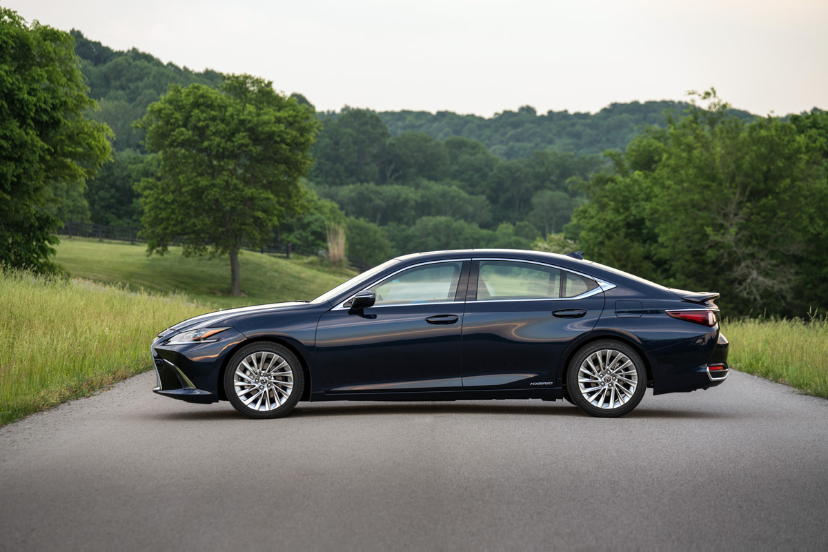 2019 Lexus ES 300 Hybrid in Deep Blue Mica
