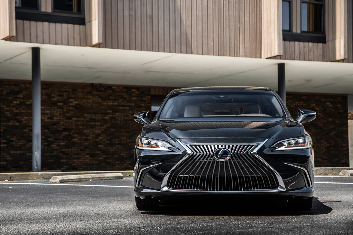 2019 Lexus ES 300 Hybrid in Graphite Black